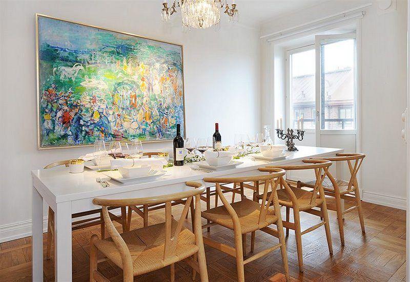 idee-deco-salle-manger-tableau-aquarelle-table-blanche-chaises-bois