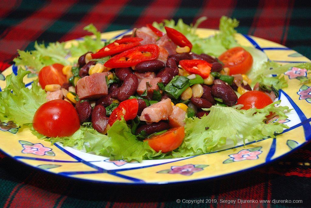 Салат с красной фасолью, кукурузой, ветчиной и пряной ...