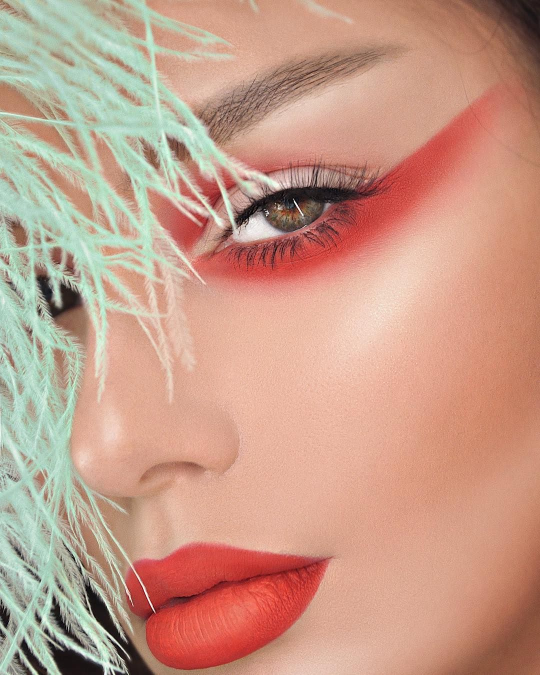 Artist couture diamond glow powder swatches by Mac daddy