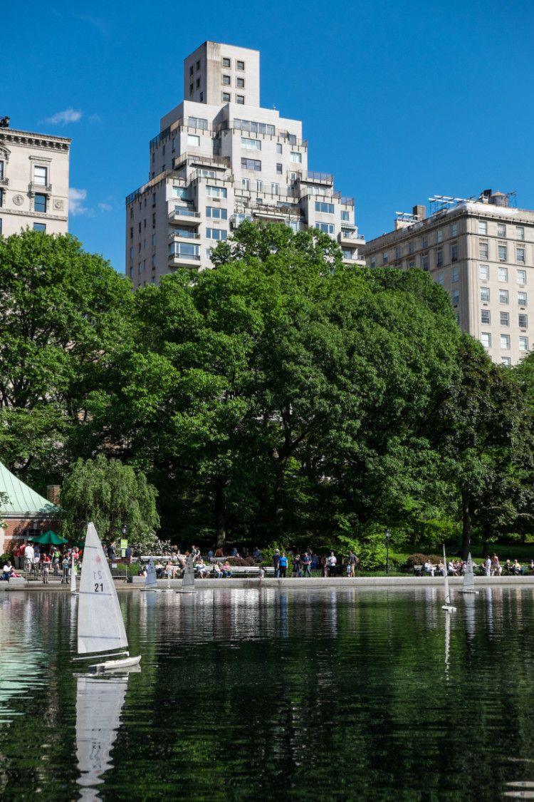 How to see New York City on a Budget - Great destination guide to travel and tour the city #amomstake