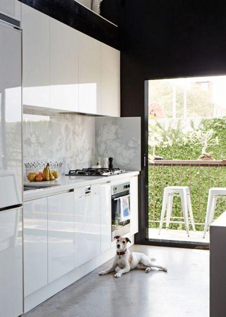 Panoramiczne Okno Z Drzwiami W Bialej Kuchni Z Widokiem Na Ogrod Lovingit Pl Interior Design Kitchen Kitchen Design Kitchen Interior