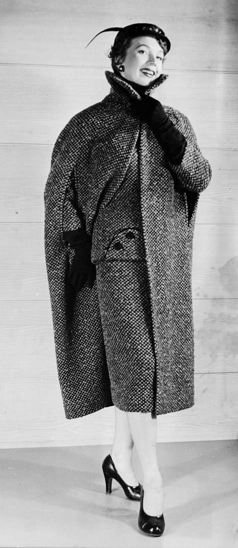 Muotia vuodelta 1955. Puku, viitta ja pieni satiinifelbihattu ovat Elannon tavaratalossa tehtyjä.