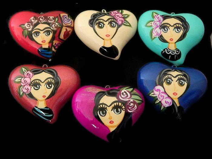 CCFI Corazon de ceramica de Frida inflado, artesanal alta calidad, pintado a mano, tamaño ideal para collar 5.5cm aprox, precio x pieza $40, precio 3 piezas $38c/u, precio 6 piezas $36c/u, precio 12 piezas $34c/u, se envían colores a granel,