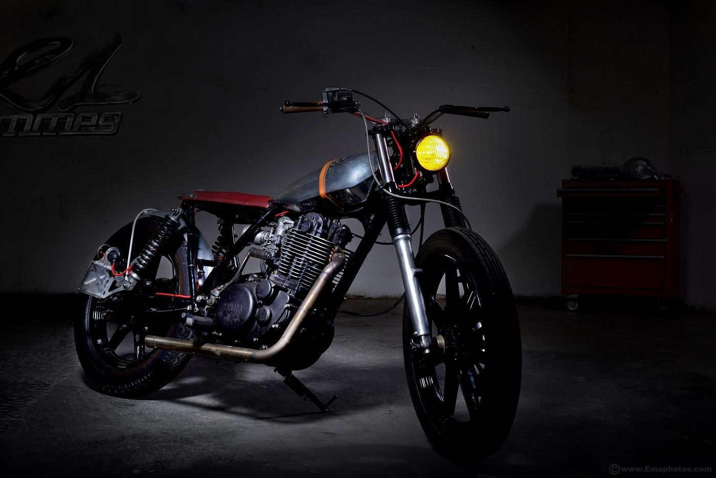 SR 4OO by 21 grammes motorcycles - Discover on http://21grammesmotorcycles.com/2015/04/13/400-sr-2-la-belle-by-21-grammes/
