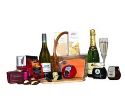 Luxurious gourmet food Wedding Hamper. http://www.allthebesthampers.co.uk/product/573-the-chiswick-hamper/