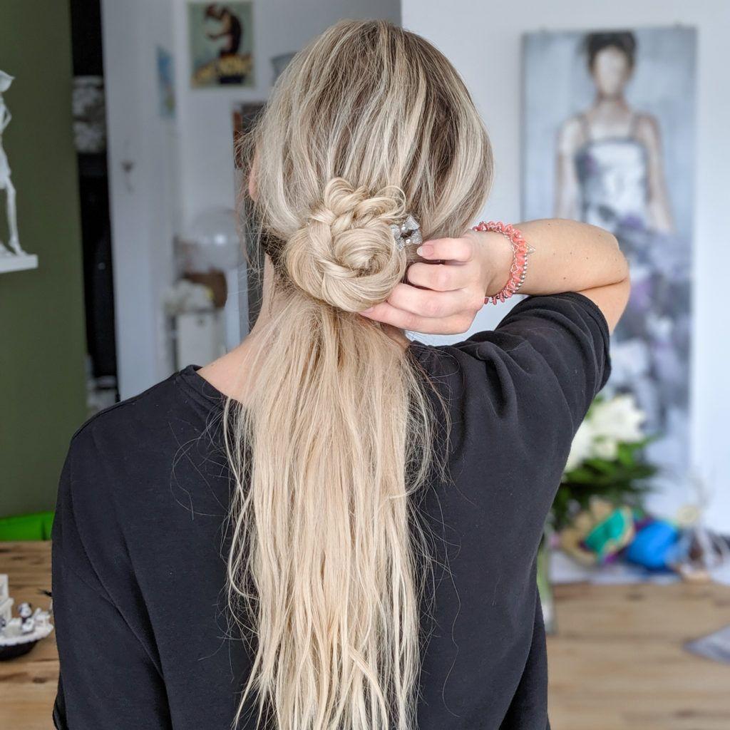 Schnelles Und Einfaches Haar Aus Der Haarschleife Fur Eine Halboffene Fris Einfaches Haarsc Lange Haare Stylen Flechten Lange Haare Geflochtene Frisuren