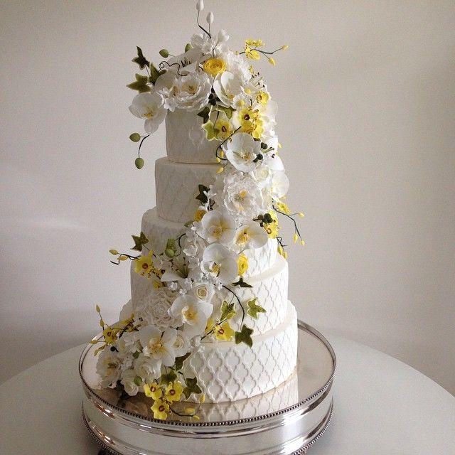 Começando a semana com este bolo lindo q fizemos para um casamento no sábado! Bolo com cascata de flores de açúcar!  #peonias #rosas #orquídeas #eras #ranúnculos #floresdeaçúcar #cascatadeflores #bolo #casamento #bodas #bolocarolmelo #carolmelo #carolmelodoces