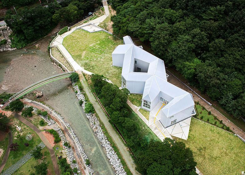 A mountainside museum dedicated to Korean artist Chang Ucchin, with a knotted plan based on the abstract paintings that typify his work