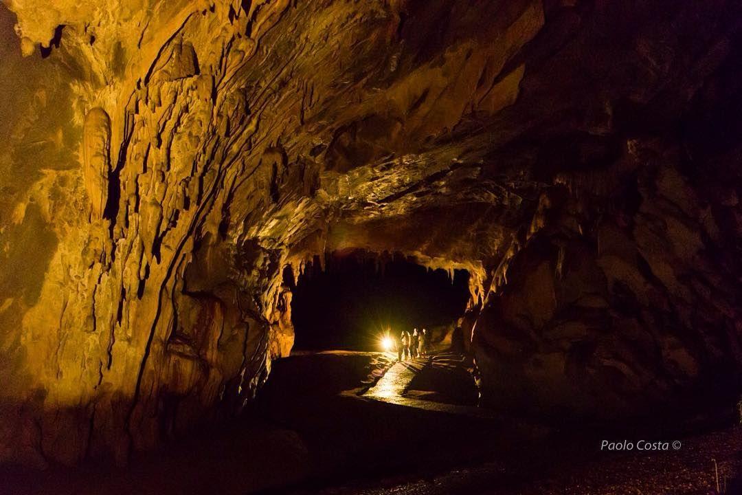 """Vista de uno de los """"salones"""" desde el interior del Monumento Natural Alejandro Humboldt mejor conocido como las Cuevas del Guácharo. Un magnífico lugar donde uno se siente fuera de este mundo inmerso en la obscuridad y profundidad de una enorme cueva repleta de formaciones geológicas impresionantes y por supuesto miles de guácharos. Una experiencia que todo venezolano debería vivir al menos una vez. La cueva tiene una longitud estimada de casi 11kmts y su entrada se ubica al norte del…"""