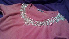 customização de suéter com bordado de pérolas