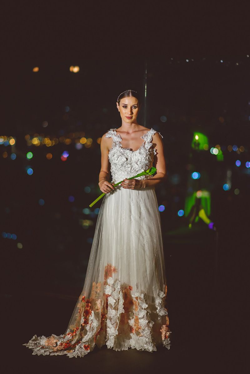 vestido de noiva com tule e aplicação de flores