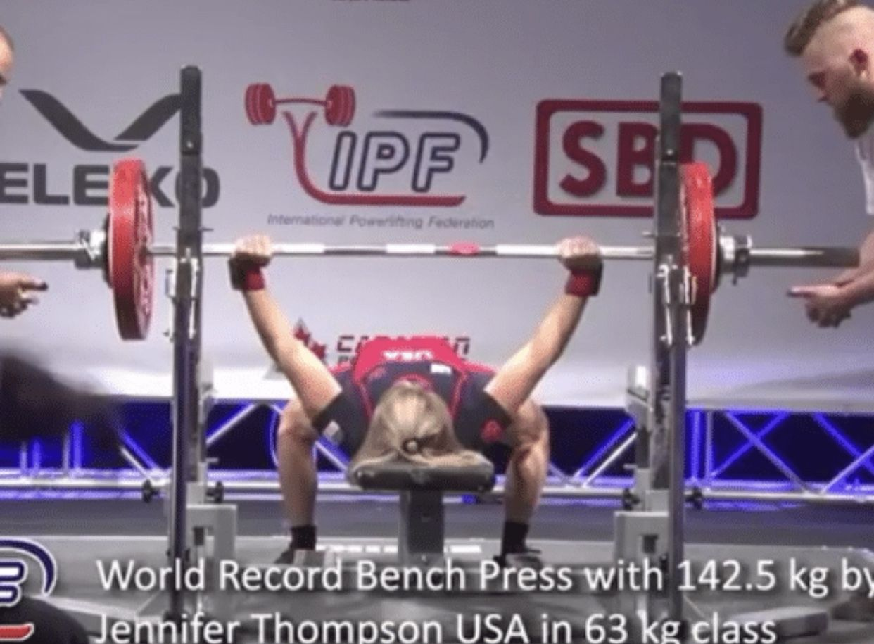 Jen Thompson (63kg) Benches 142 5kg for New World Record