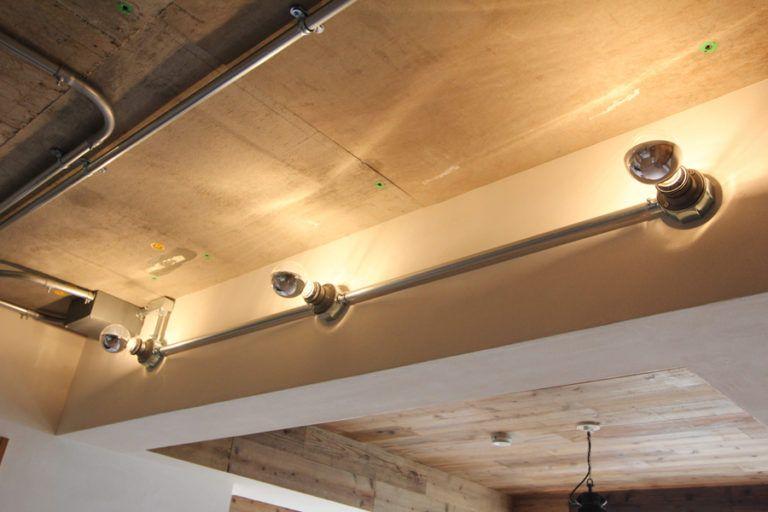 インダストリアルな素材感 吹抜けのあるマンションリノベーションfieldgarage リビング 天井 リノベーション 天井