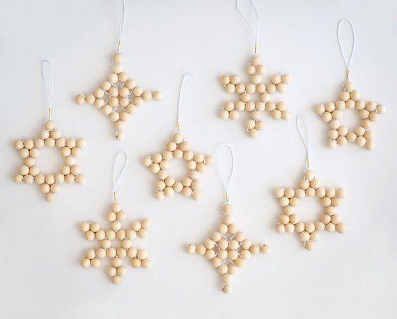 Articles similaires à 4 décorations de sapin de Noël suspensions tissé perle en bois blond vacances minimaliste scandinave moderne Noël décor étoiles flocon de neige sur Etsy #julepyntinspiration