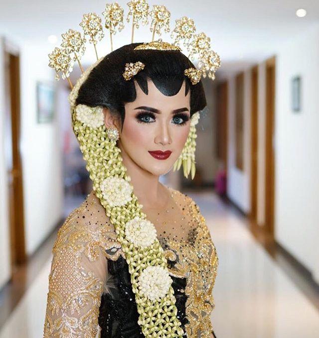 Meski Berhijab Dan Tanpa Paes 8 Inspirasi Pengantin Jawa Ini Layak Kamu Coba Javanese Wedding Kebaya Wedding Muslim Wedding