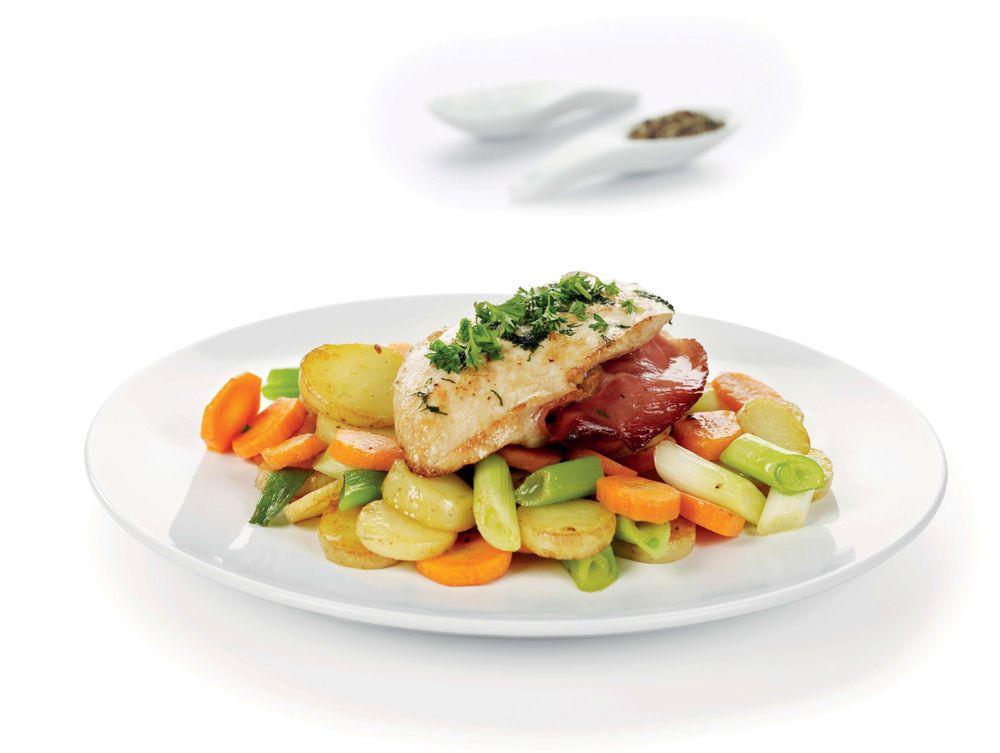 Kylling med spekeskinke. En smakfull og mager hverdagsrett som nytes med råstekte poteter og grønnsaker som tilbehør.