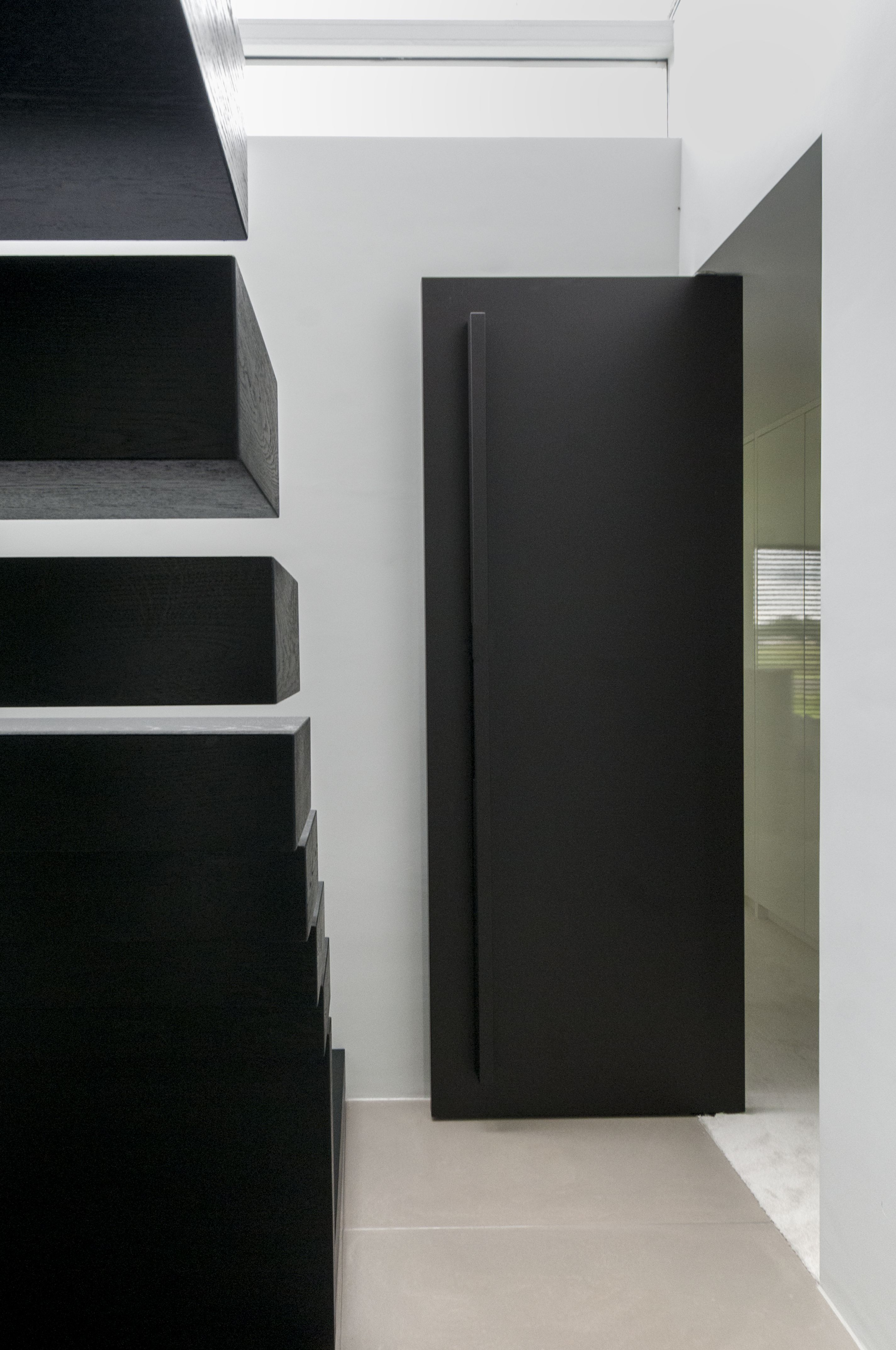 puerta interior pivotante moergestel puerta negra elegante sofisticada conu