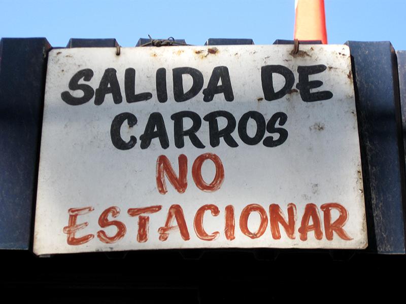 Cacería Tipográfica N° 115: Letrero hecho a pincel colocado en vivienda para recordar que no se pueden estacionar carros frente al garage. Fotos sacada en Umacollo, Arequipa.
