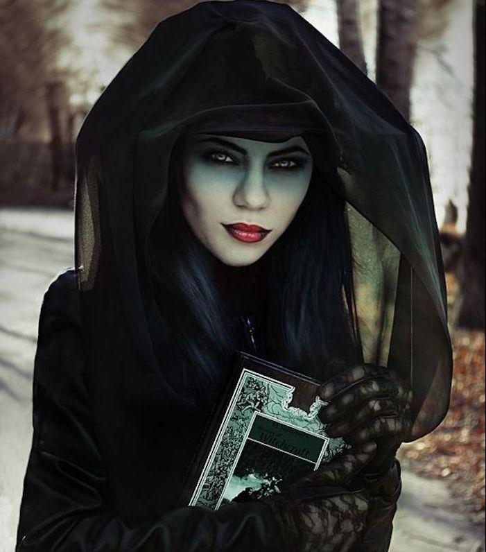 1001 id es de d guisement halloween femme original d guisement halloween femme cape noire. Black Bedroom Furniture Sets. Home Design Ideas