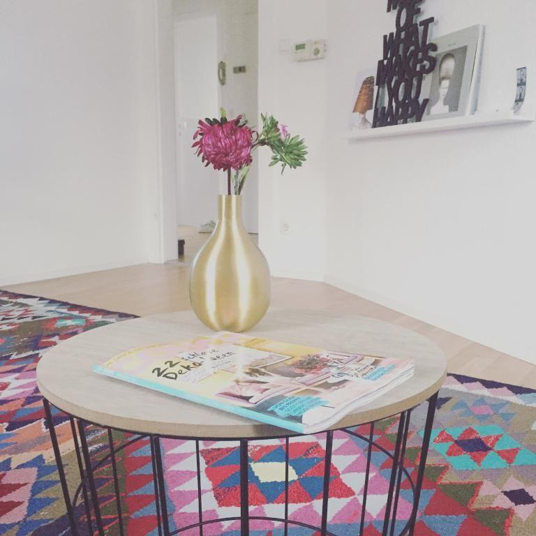 Eine schöne Blume in einer sehr dekorativen Vase verteilt