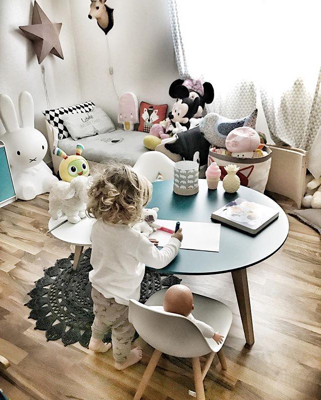 La Table Ronde Pour Jouer Dans Sa Chambre Chambres Denfantskids - Canapé convertible scandinave pour noël site déco chambre bébé