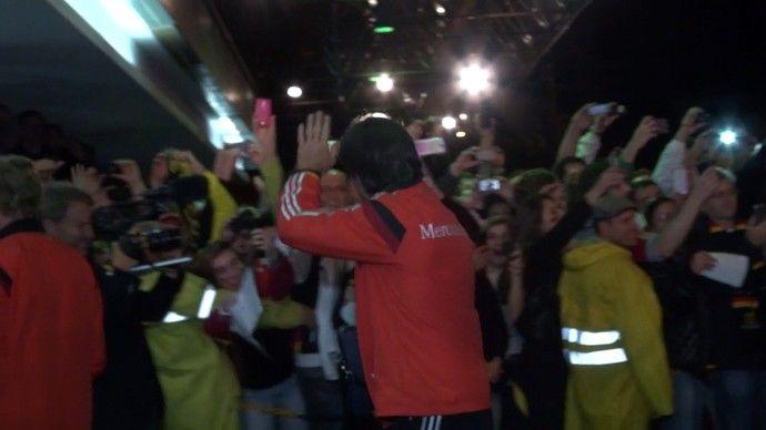 Low na chegada Alemanha   a Porto Alegre. Alemanha chega a Porto Alegre e retribui recepção calorosa de torcida Delegação desembarca na cidade no fim da noite deste sábado e é recebida no hotel por cerca de 100 fãs. Jogadores mostram simpatia, posam para fotos e dão autógrafos(Foto: Sergio Gandolphi)