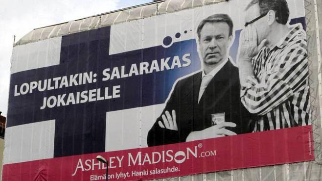 Pettämissivusto mainostaa Helsingin keskustassa Ilkka Kanervan kuvalla.