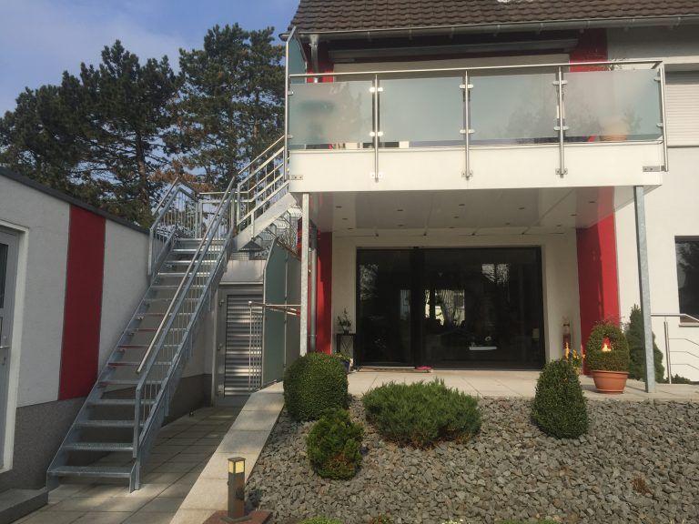 Edelstahl Balkongelander Mit Treppe In Den Garten Balkongelander Edelstahl Balkon Haus Treppe