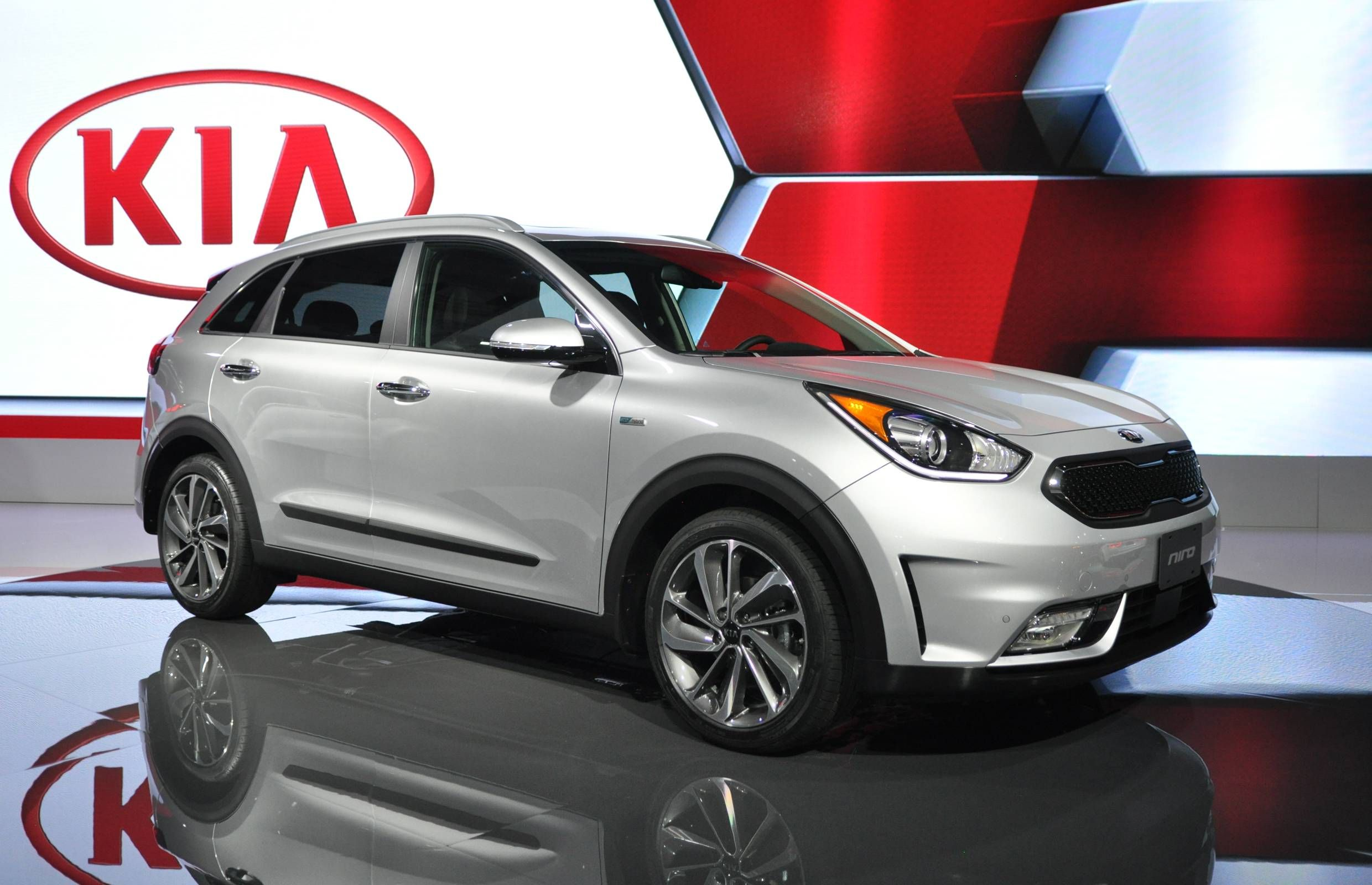 Cuv Car Kia Unveils All New Niro Hybrid Cuv At Toronto Auto Show Cars