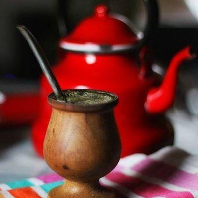 El Mate es una infusión digestiva y depuradora preparada con hojas, era consumido desde la época precolombina y queda como parte de la cultura en Argentina y otras zonas de sur América.