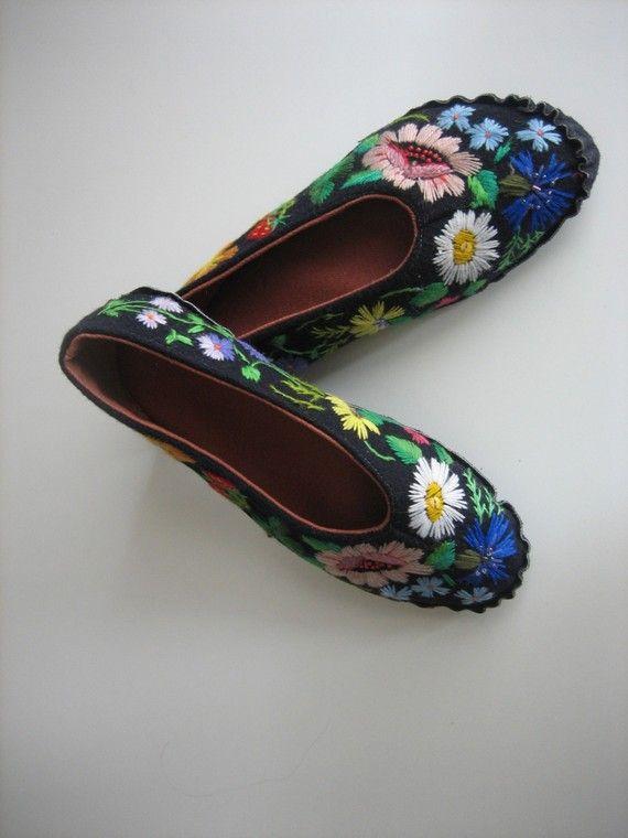MAIN brodé pantoufles Muhu par grynbergs sur Etsy Crochet Slippers, Hand  Sewing, Ethnic, 68d466f3e36b