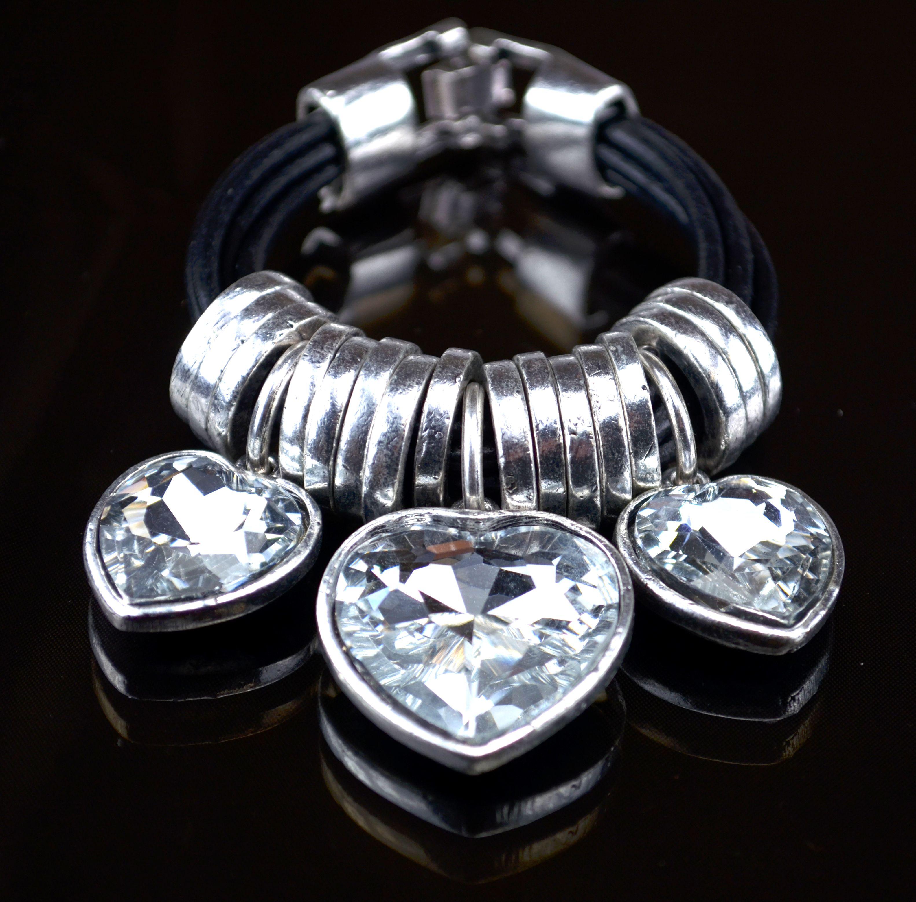 Náramek s přívěsky z broušených krystalů ve tvaru srdcí.