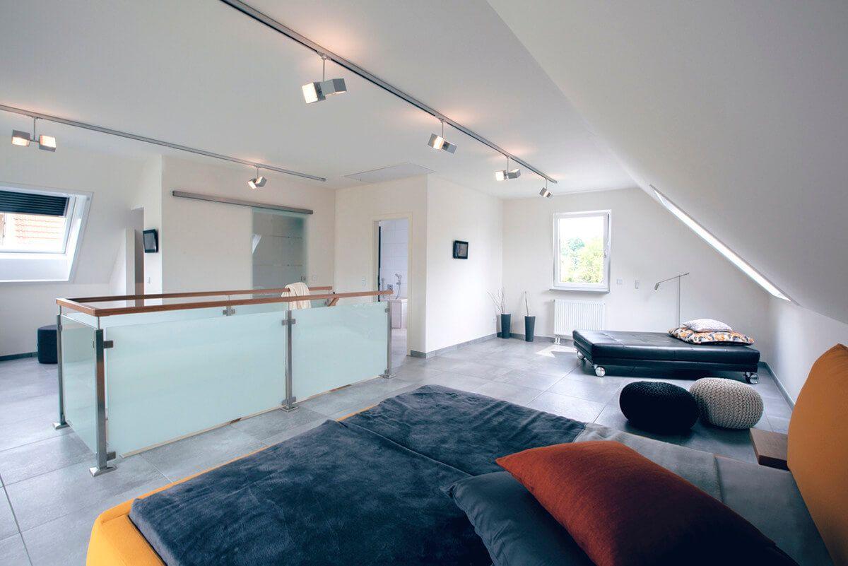Offenes Schlafzimmer mit Dachschräge & Galerie - Inneneinrichtung ...