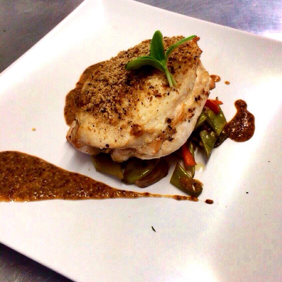Pollo relleno de setas,verduritas salteadas y su salsa de mostaza a la antigua