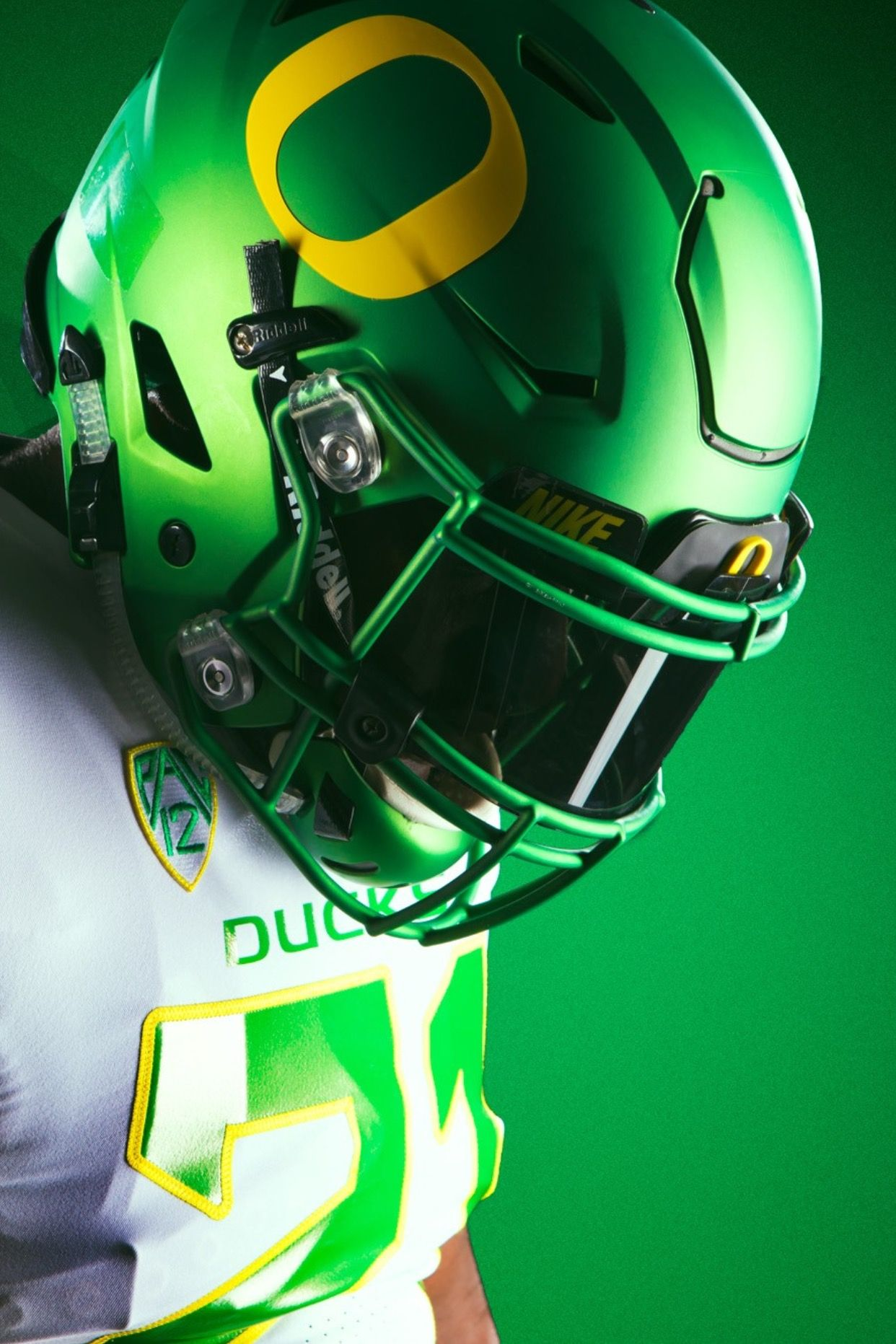 Classic Flat Green Helmets With Yellow O Vs Wyoming 2017 Oregon Football Oregon Ducks Football Football Helmets
