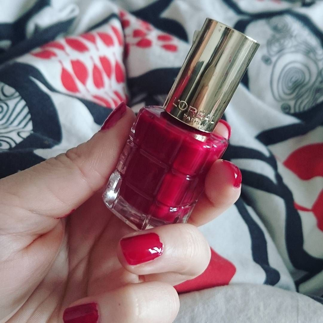 Color Riche Le Vernis mit Öl 552 Rubis Folies.  @gegenlichtblick  #lorealparisde #blogger #instagram #nail #lorealmakeup #lorealparis #nail #nailpolish #colorriche #loreal