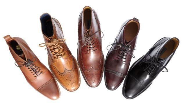 Las botas para caballero o zapatos de cuellos largos dejaron de usarse sólo para lucir formal. Ahora puedes combinarlas con cualquiera de tus outfits del día y a cualquier hora, como estos modelos Oxford con suelas de piel.