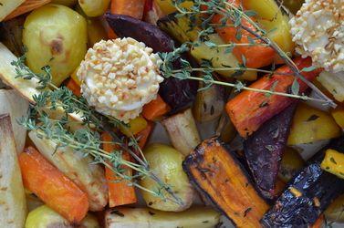 Winterliches Gemüse aus dem Ofen mit Thymian und Ziegenfrischkäse in der Mandelkruste (vegetarisch)