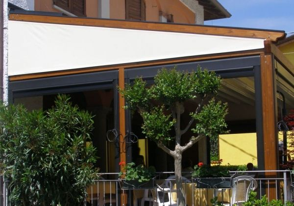Pergole Retractabile Med Elite De La Gibus Structura Lemn Pentru Terase Hoteluri Pensiuni Restaurante Inchise Pe Timpul Iernii Outdoor Decor Pergola Design