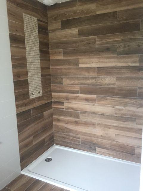 d corer ses murs de salle bains avec du carrelage imitation parquet tendance. Black Bedroom Furniture Sets. Home Design Ideas