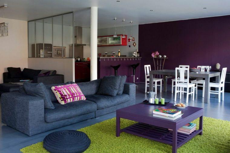 stanza moderna e colorata con una parete viola, divano blu ...