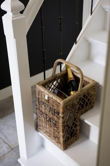 stijlvol dingen op de trap achterlaten (riviera maison trapmand)