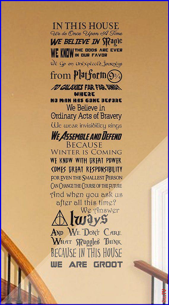 In diesem Haus tun wir Geek anpassbare Vinyl Wand Aufkleber V19 Fantasy Fandom Geekery Nerd nerdy C