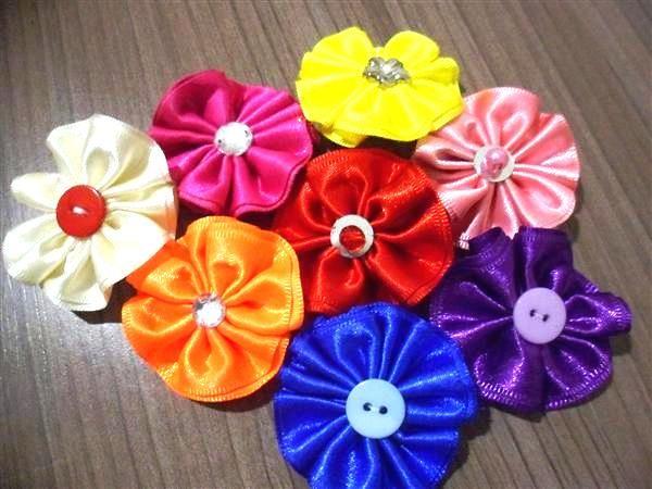 Passo a passo: Aprenda a fazer lindas flores de fita!