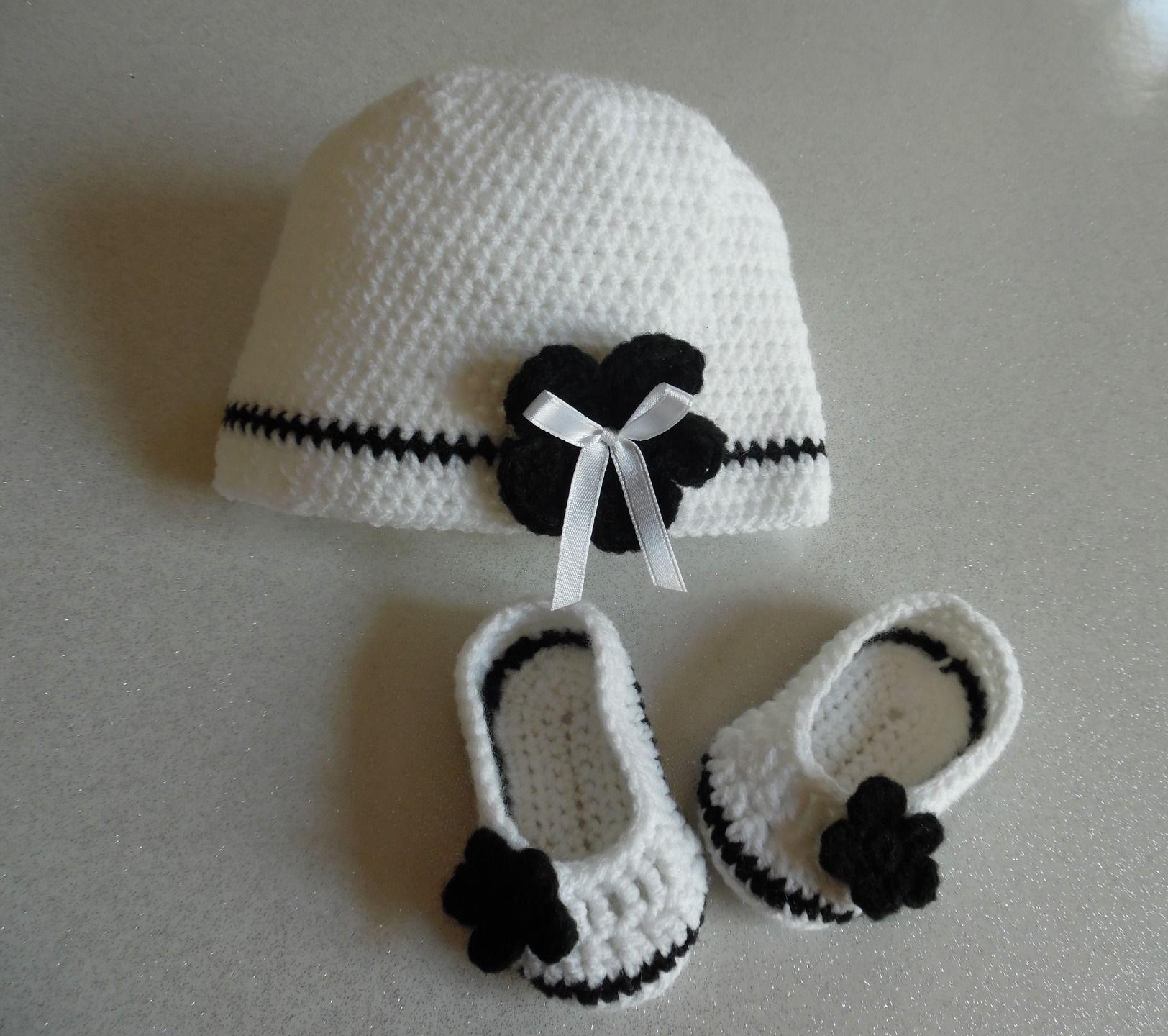 Ensemble bonnet et chaussons réalisé au crochet noir et