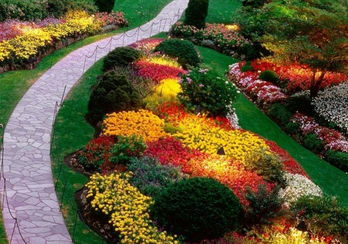 decoracion patios, bonita cama de flores y arbustos para tu jardín