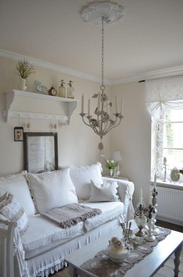 meubles-shabby-chic-canapé-blanc-lustre-vintage-étagère-murale