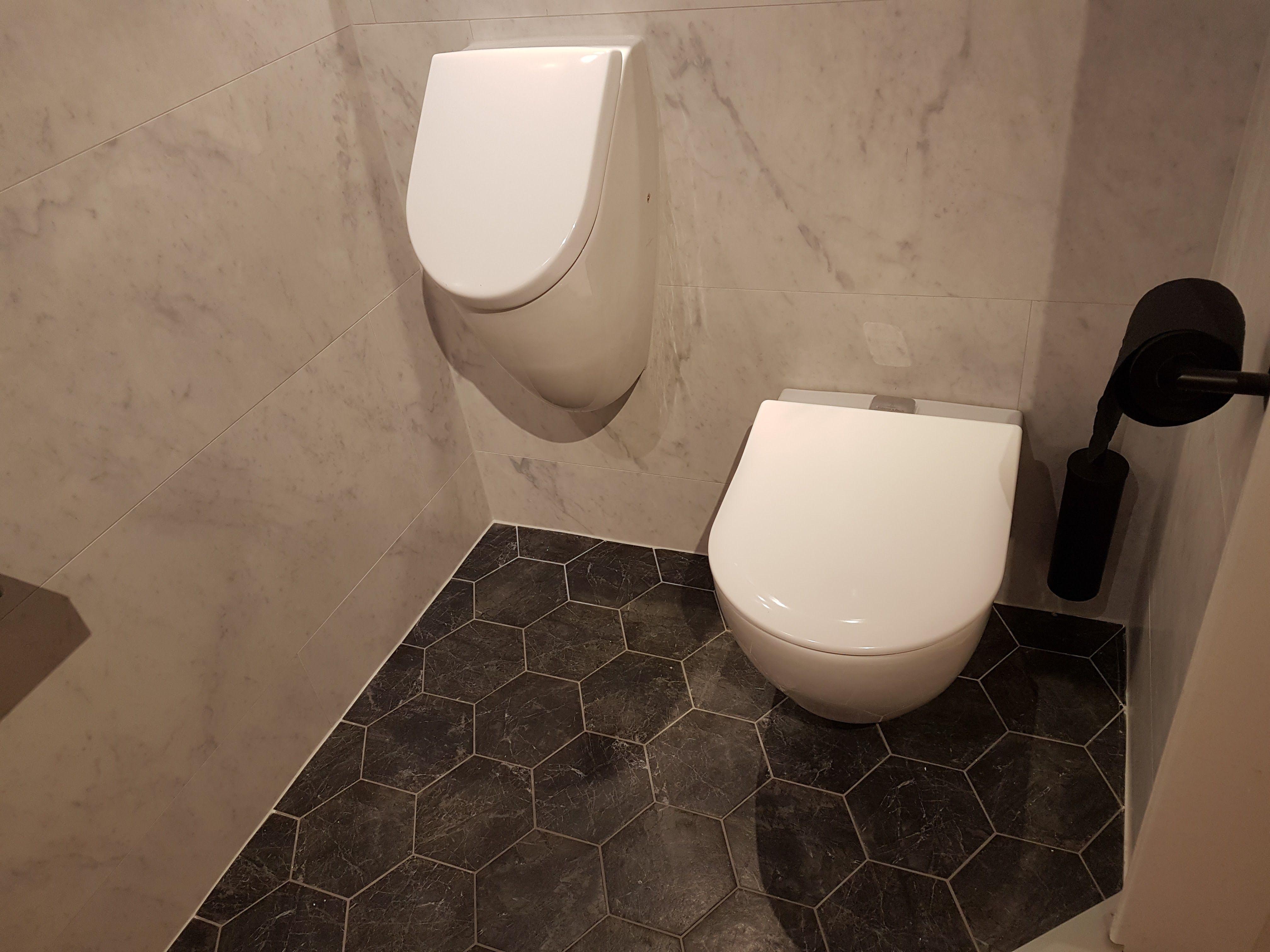 Ruimet toilet met urinoir en vifresh en urinoir van v b geen