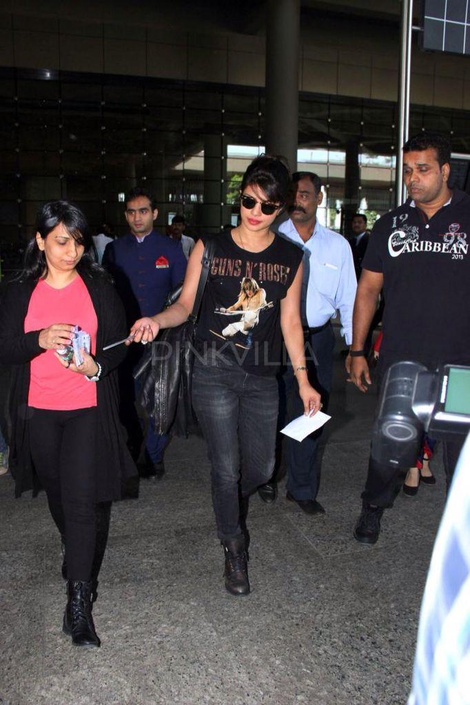 Airport Spotting: Priyanka returns to Mumbai , welcome home baby ^_^.