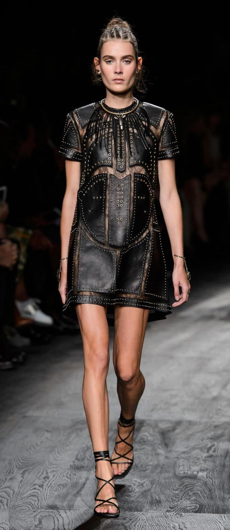 Valentino Spring 2016 Ready To Wear http://www.azyaamode.com/